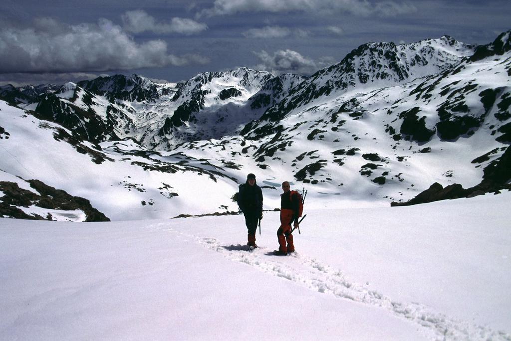 Alberto e Stelvio in discesa nella conca del Lausfer (15-5-2005)