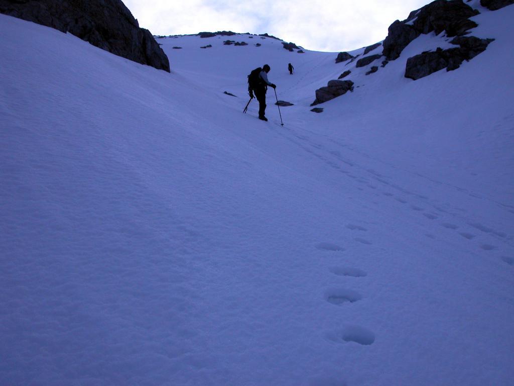 salendo una ripida rampa del versante Ovest del Clapier (22-5-2005)