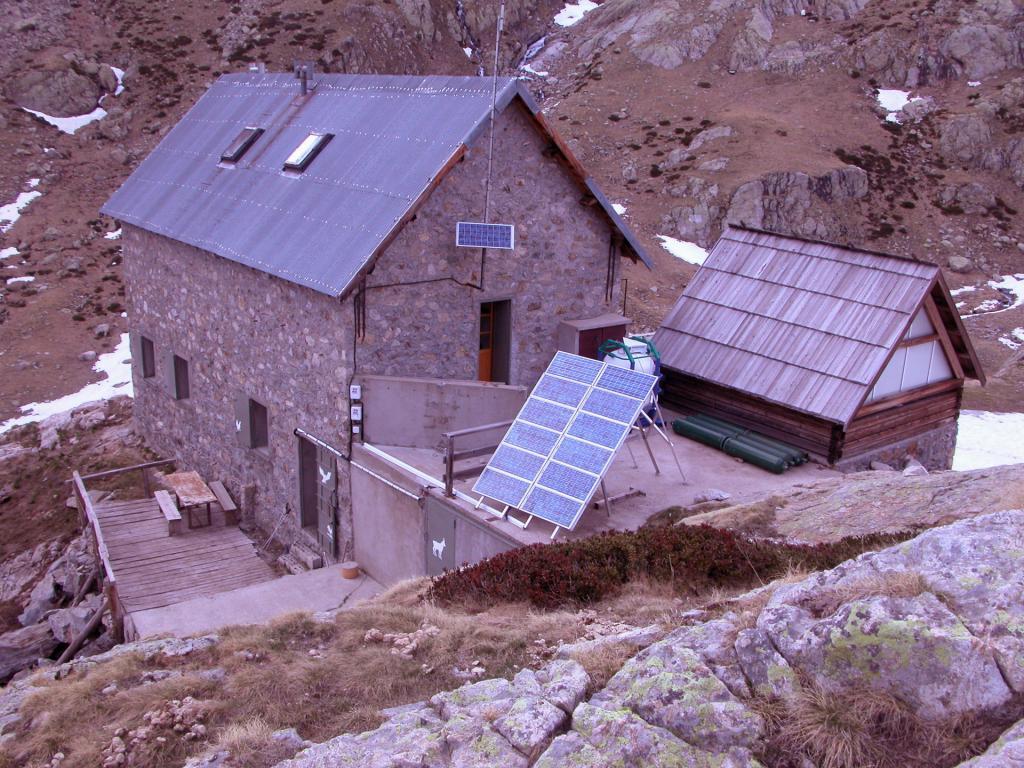 Refuge de Nice m. 2232, punto d'appoggio per le salite nel Gruppo Clapier-Gelas (21-5-2005)