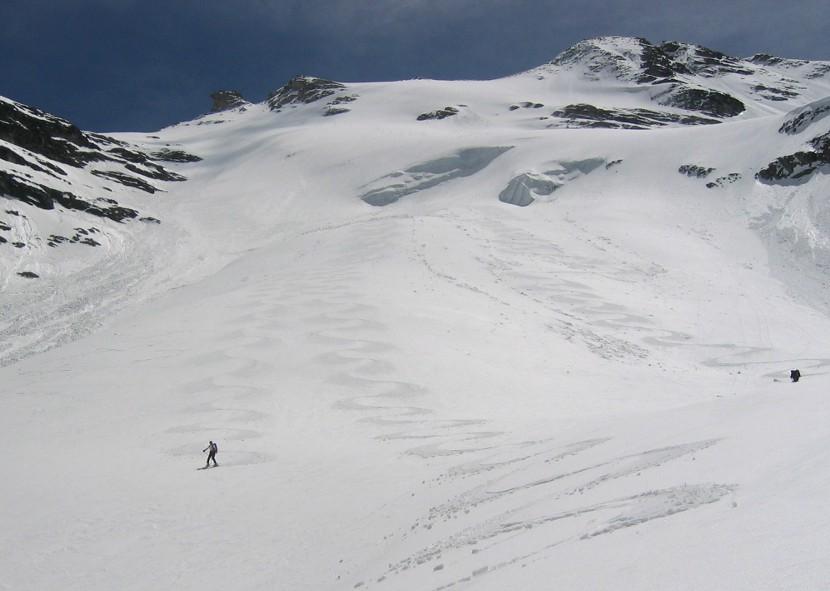 Discesa con firn nel ghiacciaio dell'Invergnan, con pendenza continua sui 35/40 gradi