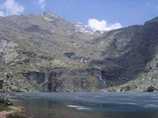 Il Lago Nero (2056mt) in avanzata fase di disgelo, sormontato dall'imponente bastionata