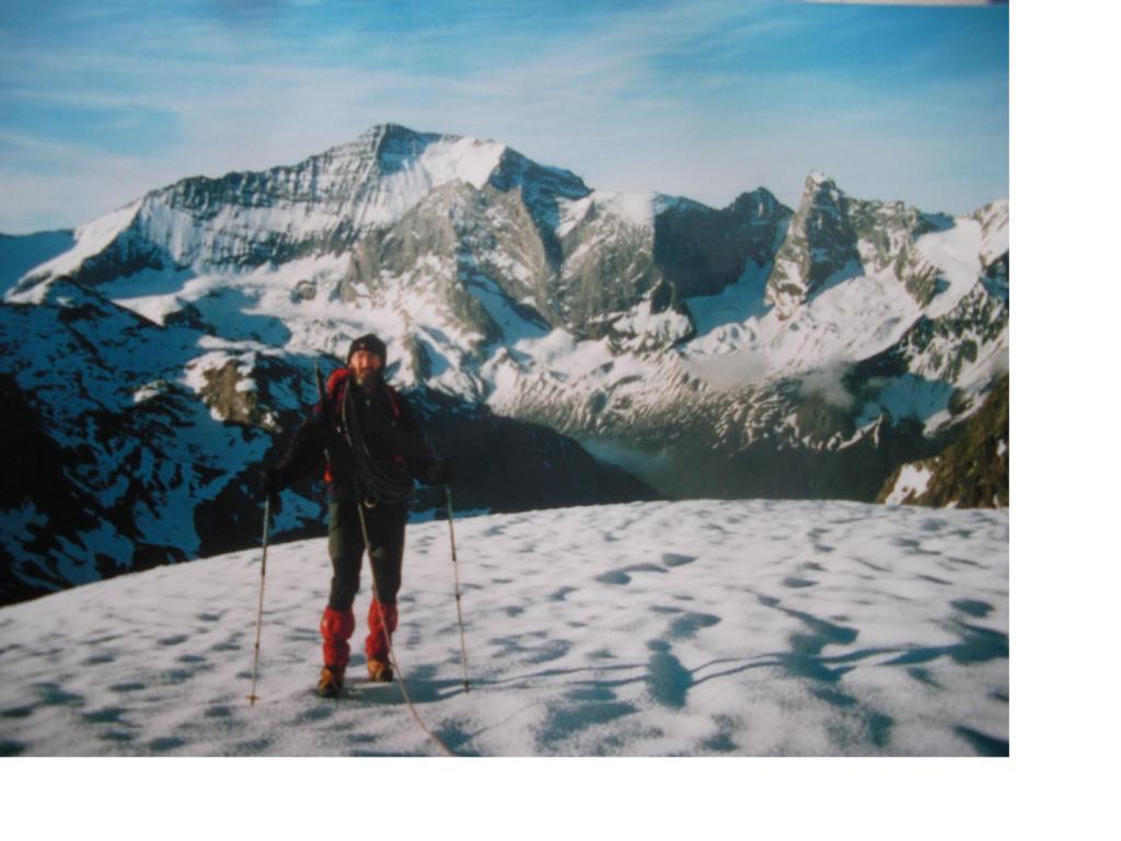 Michele sale alla Sommet de Bellecote con dietro la nord della Gran Casse.