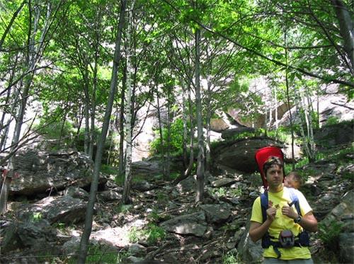 Il sentiero con sullo sfondo la palestra di roccia