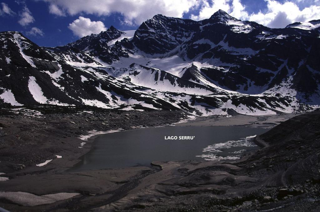 il Lago Serrù lungo la strada per il Colle del Nivolet (4-6-2005)