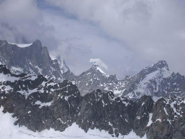 La cima del Monte Bianco spunta tra le nuvole.