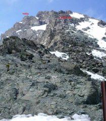 Dal colle:vetta. Il rettangolo rosso evidenzia un alpinista(x dare un'idea delle dimensioni della cresta)
