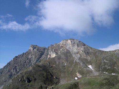 La vetta, a sinistra, vista prima di raggiungere la Finestra di Cignana