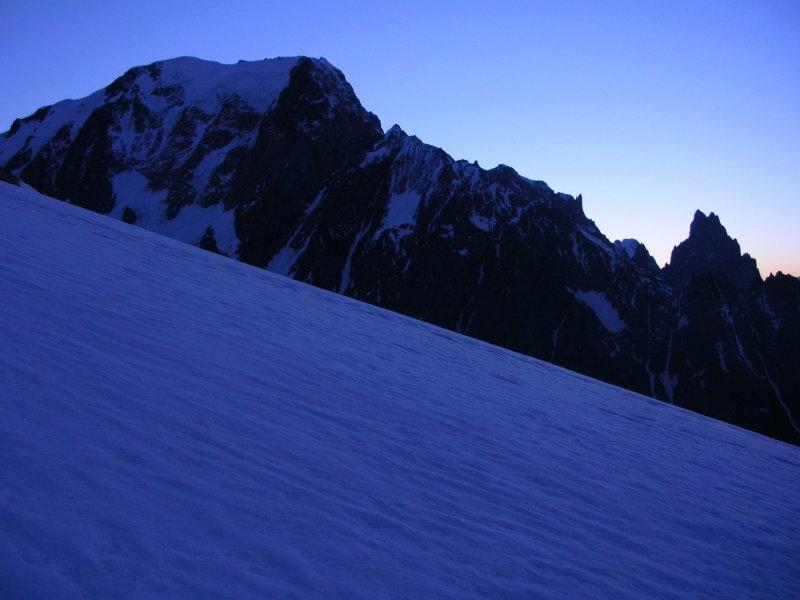 Aurora su Monte Bianco e Aiguille Noire de Peuterey salendo al P.M.B.