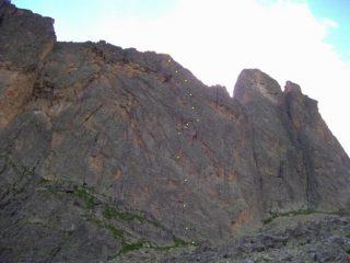 L'imponente parete con indicazione della via