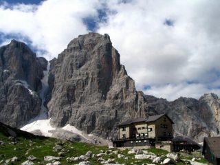 Panorama alla fine della ferrata: rifugio Brentei e sullo sfondo Cima Tosa, canalone Neri e Crozzon di Brenta