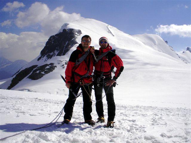 la cordata e la montagna alle loro spalle