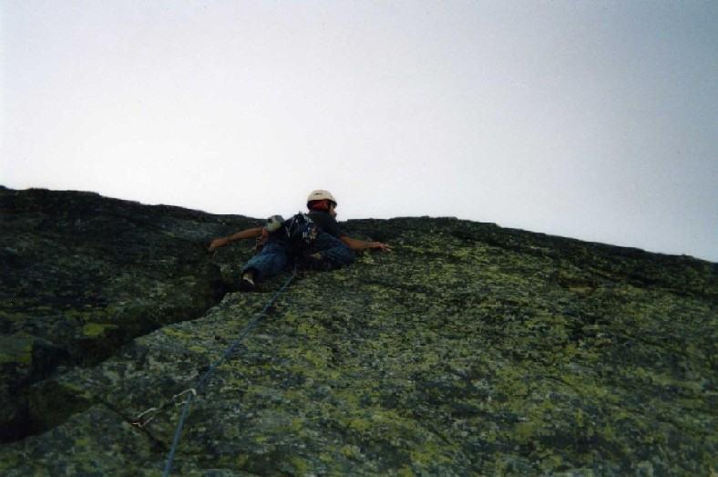 5° tiro: la fessura a Y sotto le placche della parete nord