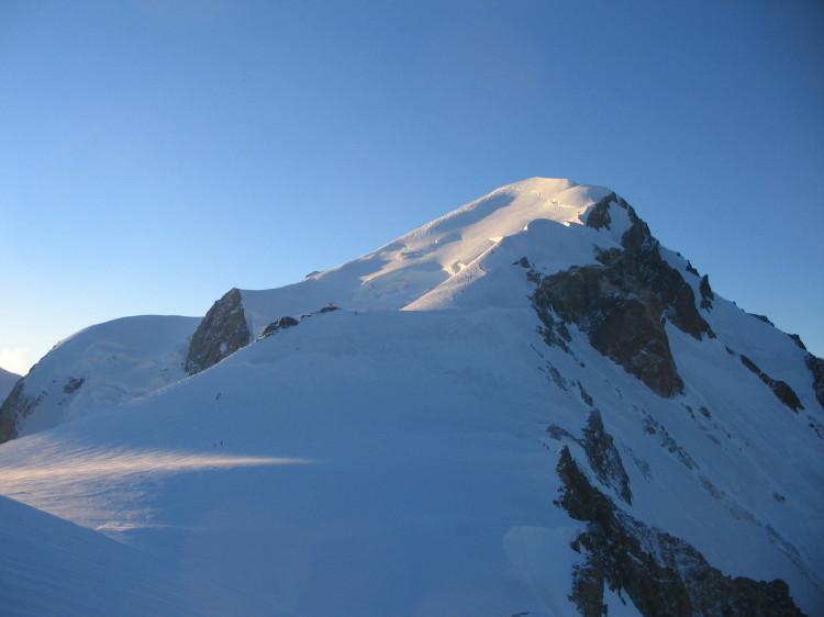 Primi raggi di sole sul monte Bianco, fotografato all'alba nei pressi del Dome de Gutier