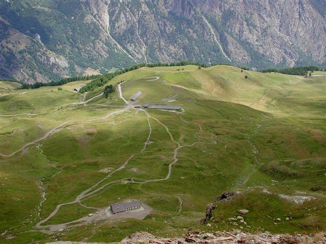I bellissimi pascoli su cui si snoda l'itinerario: in basso a destra il parcheggio, in mezzo l'alpe la Chatz, piu' in alto, il rifugio.