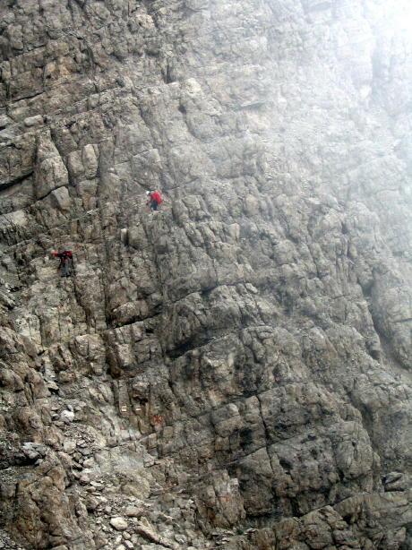 Ferratisti impegnati sul tratto ripido in discesa dopo il bivio per la cima.