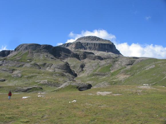 Il monte Cistella come appare al termine della Costetta, sul primo gradino del Piano di Cistella Basso.