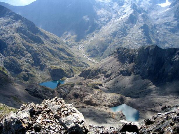 Il lago di Malgina (sx) e un altro laghetto visti dalla vetta. Notare la traccia di salita sul pendio detritico a destra