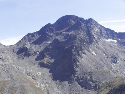 17.08.2005 M. Nery versante laghi di Frudiera, salita per il ghiaione, con tre salti ripidi, subito a destra della vetta, poi per il canalino e la cresta per l'anticima.