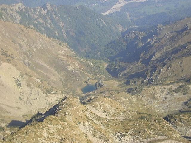 dalla cima:il lago di Lausetto nel versante opposto a quello di salita