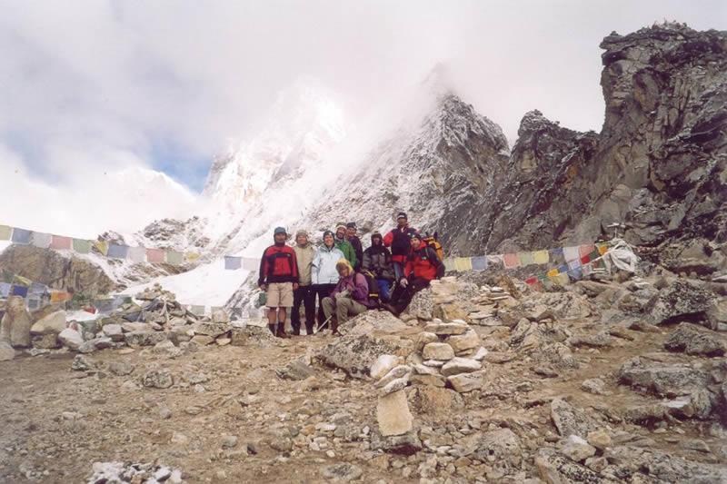 Foto di gruppo al colle a pochissimi metri dal punto più alto del Kala Pattar