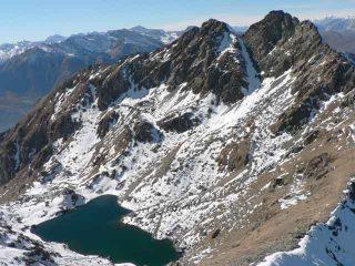 L'Orsiera visto dalla Rocca Nera. A sinistra la cresta Sud percorsa in salita. Al centro, fra le due punte il canale NE.
