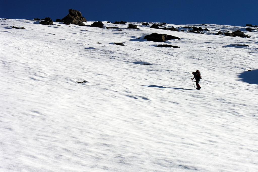Davide sale lungo il versante O della Losetta (30-10-2005)
