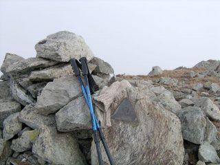 La vetta della Punta Dondogna con Triangolino di vetta del Cai Rivarolo