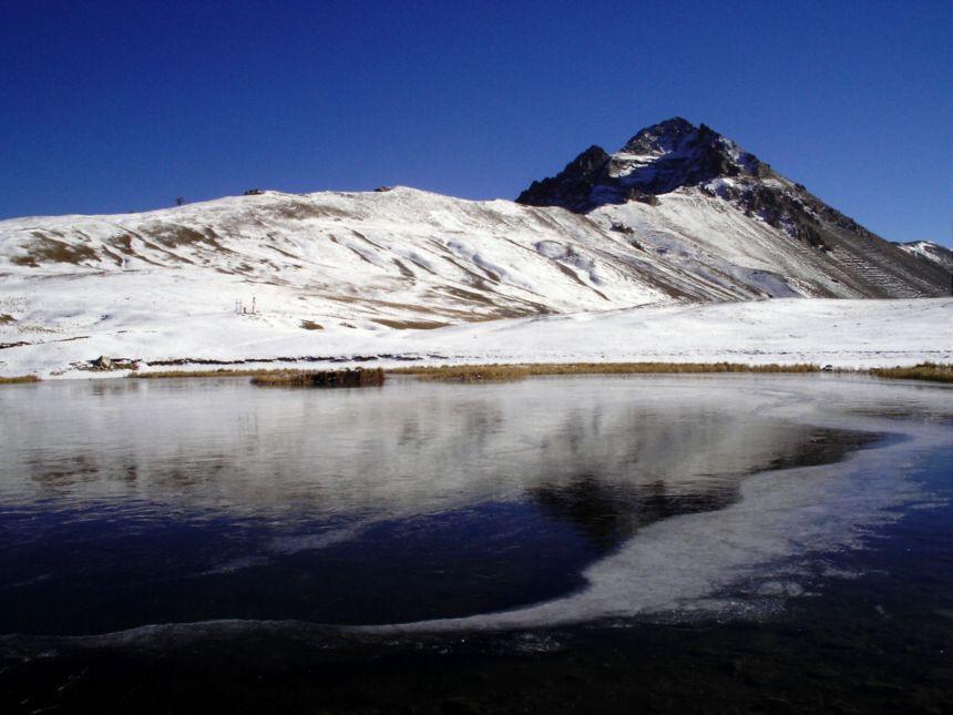 lago di thures e sullo sfondo la guglia rossa