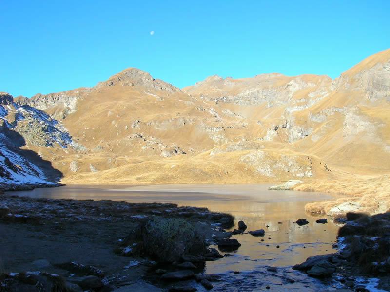 il lago Battaglia e il Corno Bussola al centro
