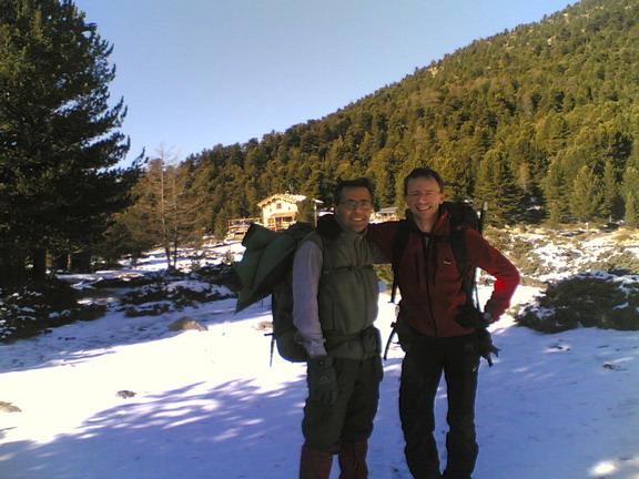 Guido ed io sullo sfonfo il lac bagnour e il nuovo rifugio. Foto: Pally