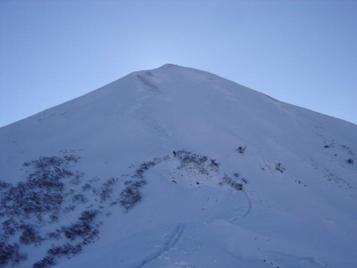 il ripido tratto terminale che conduce alla cima Nord del Monte Servatun  da quota 2115 m. ca