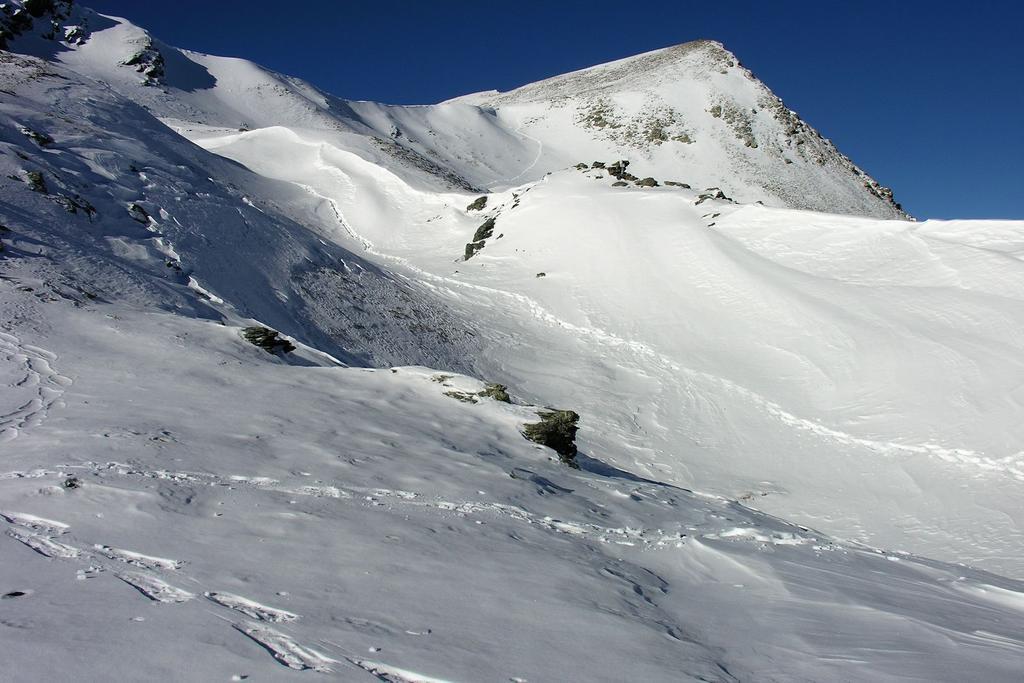 uno sguardo alla Punta Tempesta dal Colle Intersile e alla mia traccia fatta (11-12-2005)