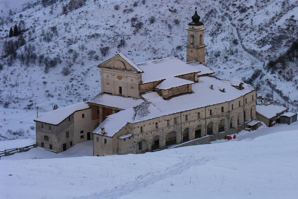 il Santuario di Castelmagno immerso nella neve (11-12-2005)