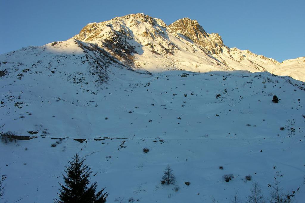le prime luci del sole sulle cime Reina e Sibolet da Castelmagno (11-12-2005)