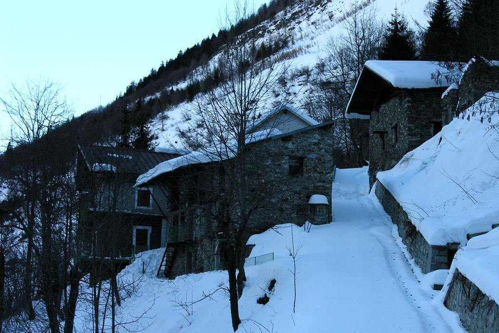 le case immerse nella neve a Callieri (18-12-2005)