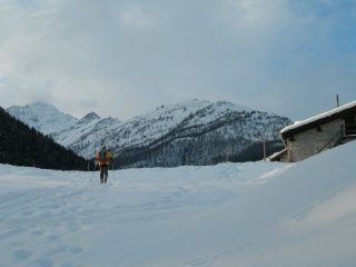 la partenza, sullo sfondo a destra il Monte Croce