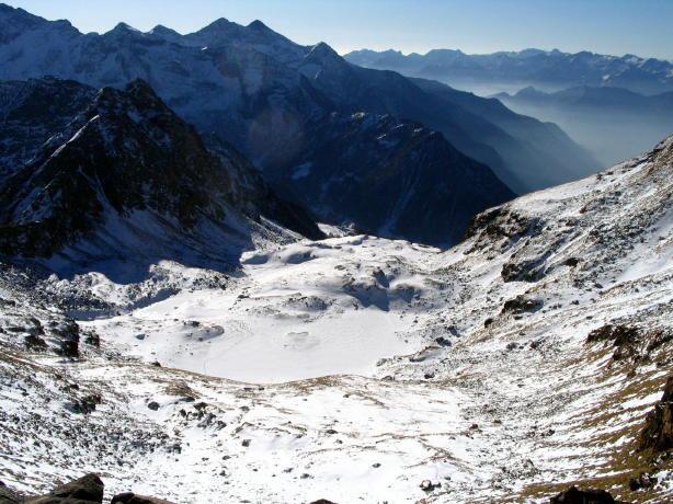 Lago di estoul dalla cima e vallone di salita