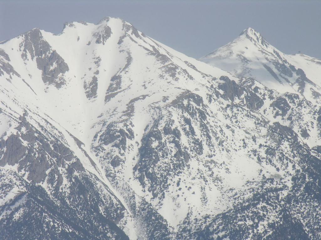 panorami dalla cima : Bric di Conoia (a sinistra) e Pizzo d'Ormea (a destra) (12-3-2006)