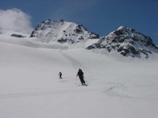 Discesa sul ghiacciaio, a sinistra le due punte