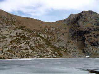 Il lago e sullo sfondo, il Colle della Boira Freida