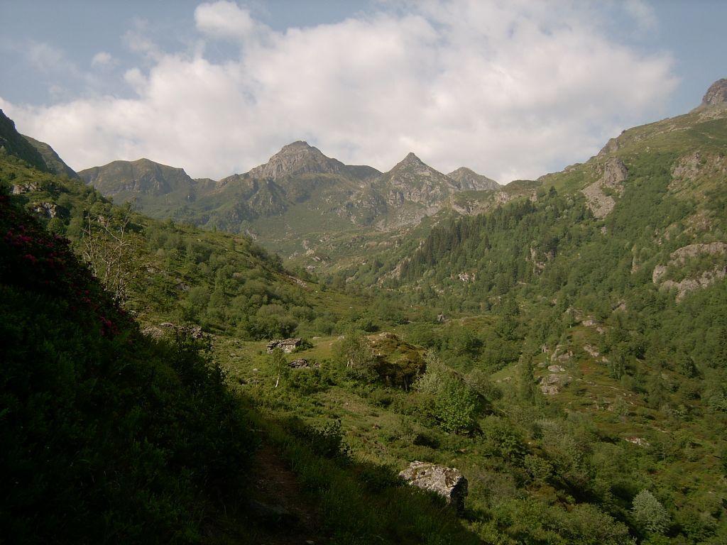 Il vallone di salita al Bellavarda, con sfondo la Punta Marsè