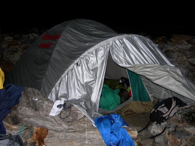 Nella tenda si intravede il piumino verde oggetto del contendere