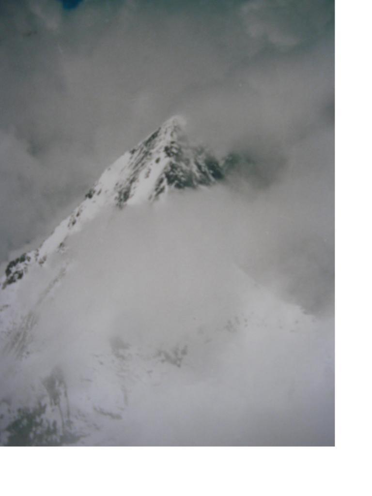 Dal Monch s'intravvede appena la piramide dell'Eiger