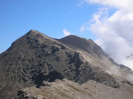 La lunga cresta dalla Fea Nera al Bric Rosso sul fondo