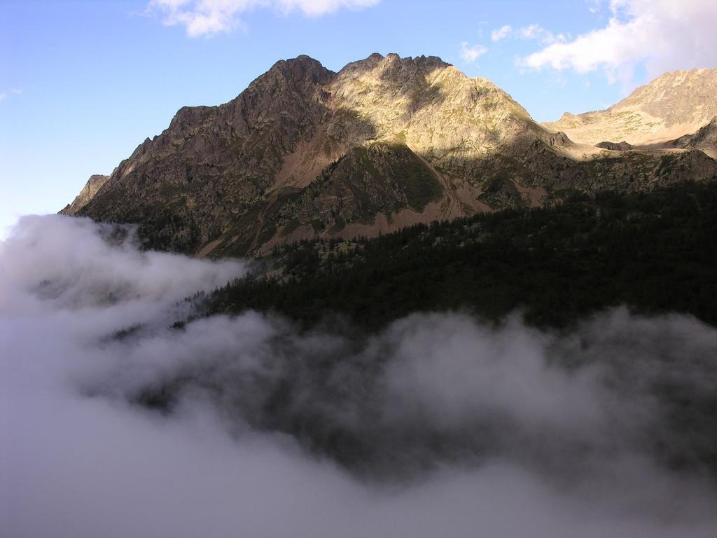 la Punta Maladecia emerge sopra le nuvole (27-8-2006)
