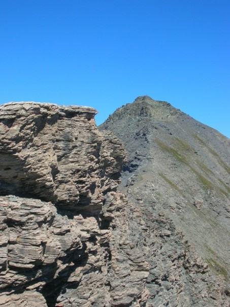 La cresta che dalla vetta dell'Albergian (sullo sfondo) porta al Gran Mioul