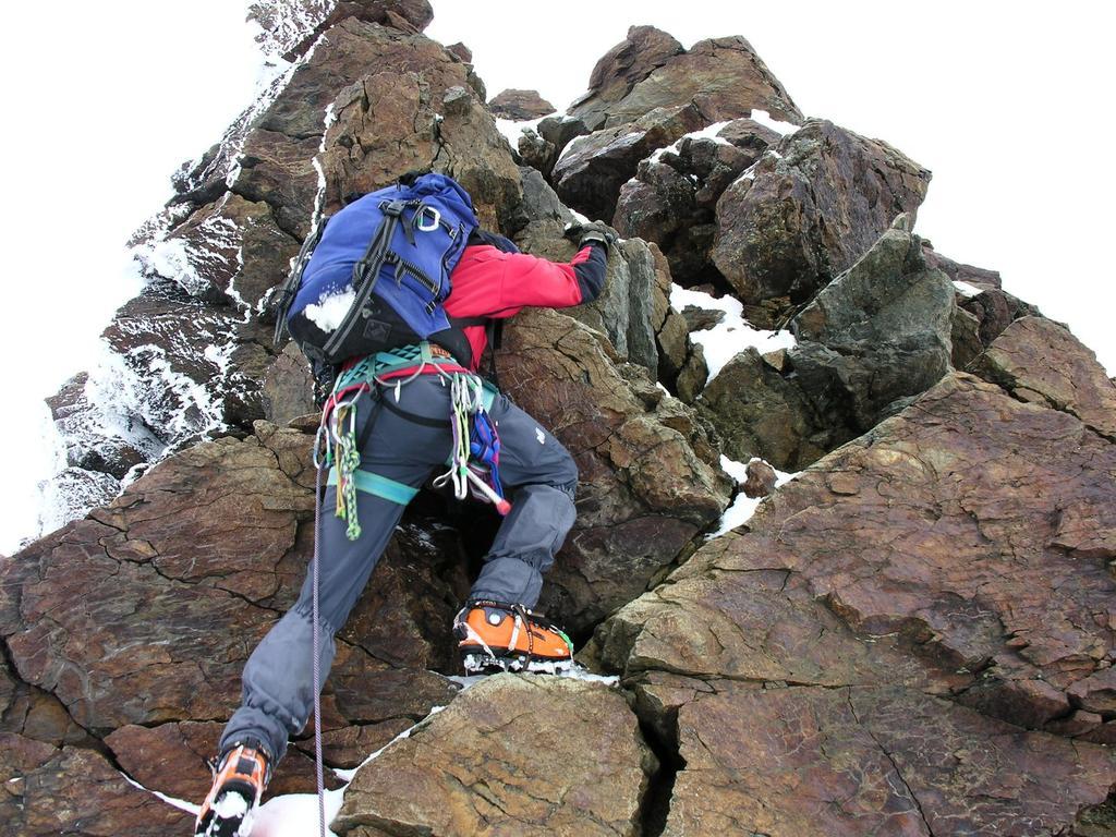 Luigi sale il salto roccioso sotto la cima del Monte Rosolè (27-8-2006)