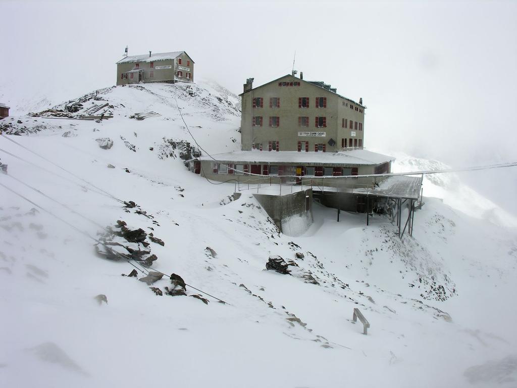 il Rifugio Casati...in condizioni invernali ! (28-8-2006)