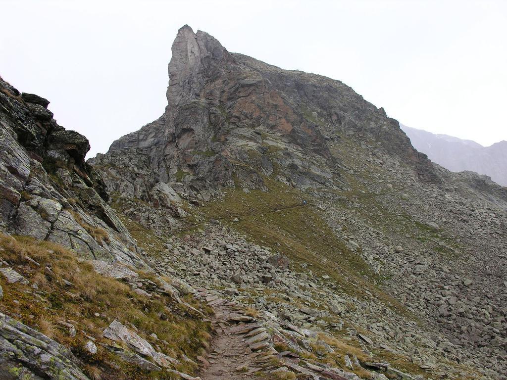 il sentiero aggira il Dente del Vioz sulla destra (26-8-2006)