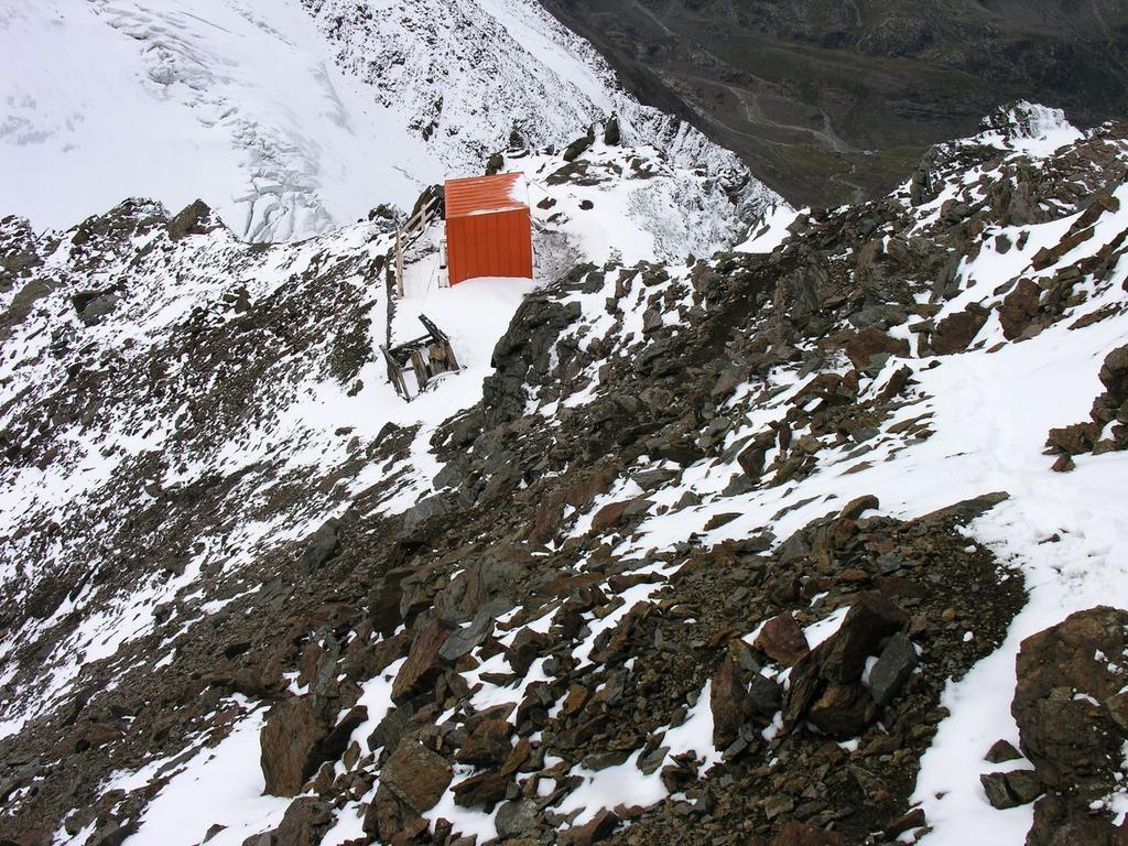 il Bivacco Colombo visto dalla cresta S del Monte Rosolè (27-8-2006)
